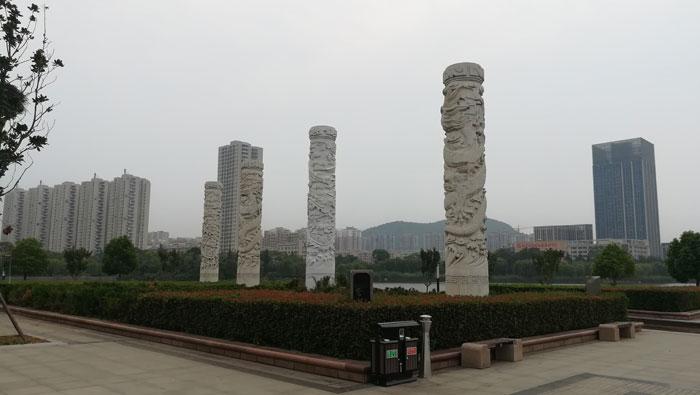 凤鸣湖北面的四根柱子